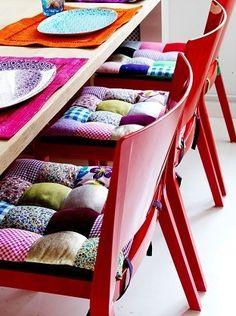 Almofadas coloridas invadindo a cozinha!