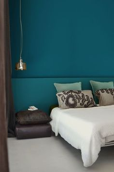 Acapulco and Swedish Blue paints, from 39 euros the pot of Pure & Paint. Peacock Blue Bedroom, Bedroom Colors, Home Decor Bedroom, Bedroom Wall, Dark Interiors, Colorful Interiors, Teal Walls, Blue Rooms, Color Azul
