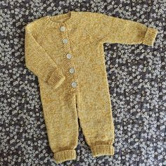 Diy Crafts - Ravelry: Sleep Suit pattern by PixenDk Knitted Baby Clothes, Knitted Romper, Baby Boy Knitting Patterns, Baby Patterns, Jumpsuit Pattern, Pants Pattern, Knitting For Beginners, Knitting For Kids, Onesie Pattern