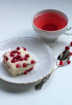 Для суфле понадобится: Пароварка, миксер творог - 250 г. сметана - 2 ст.л. крупа манная - 2 ст.л. сахар - 6 ст.л.(и 2-3 ст.л. для посыпки ягод) яйцо - 3 шт ягода (любая - мы пробовали смородину, малину и чернику- очень вкусно, так же хорошо получается с клубникой и вишней) Как готовить: Ставим пароварку греться и приступаем к приготовлению суфле.
