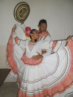 fotos de trajes para cumbia colombiana - Buscar con Google Colombian People, Folk Costume, Costumes, American Dress, Gypsy Skirt, Central America, Nature Pictures, Folklore, Dress Skirt