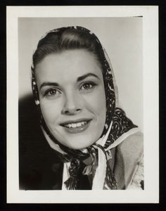 Grace Kelly in the Broadway show The Father. Monaco, Classic Hollywood, Old Hollywood, Hollywood Icons, Princesa Grace Kelly, Patricia Kelly, Grace Kelly Style, Head Scarf Tying, Princesa Carolina