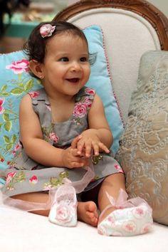 Filha de Aline Barros posa com roupas da loja da cantora