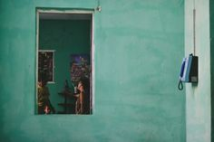 Το φωτογραφικό ταξίδι του Κωνσταντίνου Σοφικίτη επικεντρώνεται στους ανθρώπους που κατοικούν, ορίζουν το χρώμα και πλάθουν το καθημερινό σκηνικό της ιδιαιτερότητας της Κούβας. Door Handles, Home Decor, Door Knobs, Decoration Home, Room Decor, Home Interior Design, Home Decoration, Interior Design, Door Knob