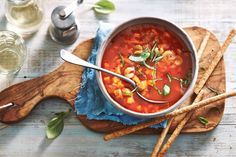 Snelle tomatensoep onmogelijk? Echt niet! Gebruik gezeefde tomaten voor een rijke basis en voeg veel basilicum toe - Recept - Allerhande