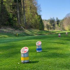 Am Abschlag den #Handschuh anziehen und #Schläger, #Tee, #Ball und #Ersatzball bereit halten.... ⛳️ und los geht's mit Ready-Golf für eine schnellere Spielgeschwindigkeit. 👍  Foto: Jutta Kleinberger  #Golfplatz #kgc #Dellach #Wörthersee #golf #sport #golfing #golfcourse #golflife #golfer #kgcdellach #Golfclub Golf Sport, Golfer, Training, Drinks, Bottle, Instagram, Glove, Dressing Up, Drinking