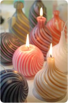 25 Excellent Decorated Candles Ideas Check out these easy ideas, from mason jar projects to cute little candles in shells, teacups or flowerpots. Make lots, as these DIY candle ideas make some of the most thoughtful handmade gifts around. Unique Candles, Beautiful Candles, Best Candles, Diy Candles, Candle Art, Candle Lanterns, Candleholders, Chandelier Bougie, Feng Shui Dicas