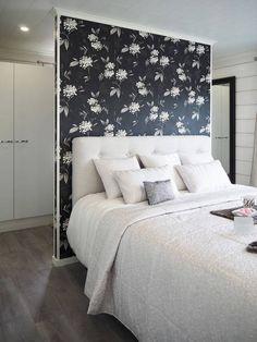 Näppärä sängynpääty kätkee taakseen pukeutumistilan vaatekaappeineen. Päädyn tunnelmaa voi muunnella tapetilla.