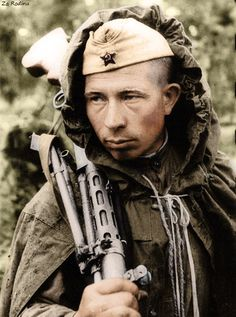 """"""" demons: """" Heavy Guard soldier Yefim Costin, who was awarded the Order of the Red Star, Leningrad front """" He's a machine gunner, not a """"Heavy"""". This was taken in August 1944 by photographer. Military Photos, Military History, Light Machine Gun, Machine Guns, Man Of War, Soviet Army, War Photography, Army Soldier, Red Army"""