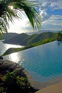 Peter Island, Falcons Nest, British Virgin Islands. Aqui me puedo ver tu y yo mirando el atardecer estando en la agua.
