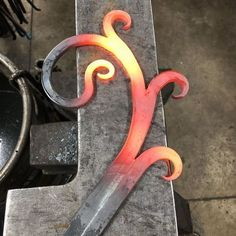 After a week of working on the padlock I needed to get out to the shop and forge some steel. This is just a practice piece but it felt great to hit some steel. Blacksmith Projects, Blacksmith Shop, Blacksmith Tongs, Metal Art Projects, Welding Projects, Wire Crafts, Metal Crafts, Forge Diy, Metal Bending