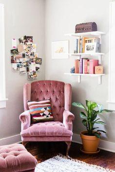 zimmer einrichten mädchenhaft boho-chic. Gemütliche Leseecke mit Samtsessel in Rosa in Altbau Räumlichkeiten. Hübsch dekoriert und persönlich gestaltet.
