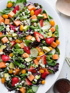 This Strawberry Papaya Salad is loaded with amazing flavors! the sweetness from the fruit balanced with the tanginess of the dressing and blue cheese. The added sumac to the lemony vinaigrette enhances the flavors Salad Bar, Soup And Salad, Vegetarian Recipes, Cooking Recipes, Healthy Recipes, Vegetarian Protein, Healthy Salads, Healthy Eating, Healthy Zucchini