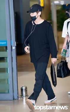 [HD포토] 방탄소년단(BTS) 뷔 태형이 왔어요 #topstarnews Airport Style, Airport Fashion, Bts Airport, V Cute, Style Finder, V Taehyung, Bts Korea, Look At You, Fashion Looks