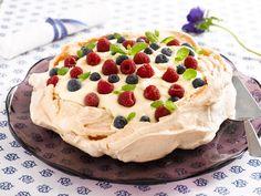 Himmelsk god festkake med marengsbunn, vaniljekremfyll og ferske bær.