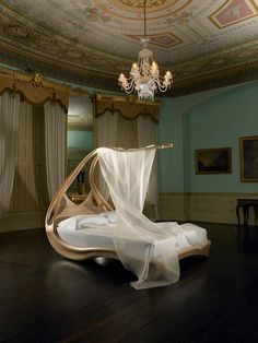 Beautiful bed. I'd feel like an elf princess from Lord of the Rings.
