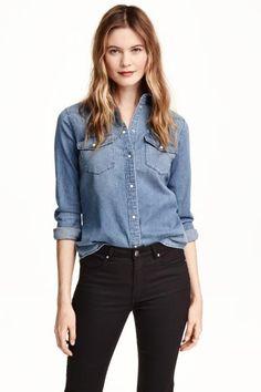 Chemise en jean: Chemise à manches longues en denim souple lavé. Modèle avec poches de poitrine à rabat pressionné. Base légèrement arrondie.