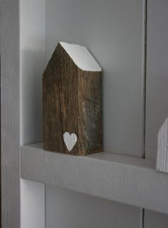 DIY wood house - wood houses - decor - vergrijst hout, wit hartje, grey wood with a white hart Driftwood Crafts, Wooden Crafts, Ideias Diy, Grey Wood, Miniature Houses, Home And Deco, Bird Houses, Wooden Houses, House In The Woods