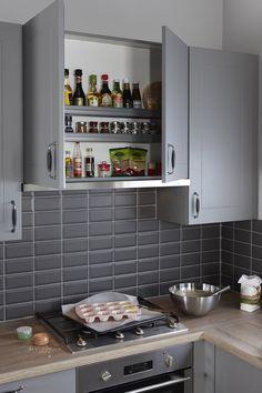 Afzuigkap geheel weggewerkt in bovenkast, gelijk opbergmogelijkheid om alle kruiden overzichtelijk weg te zetten.