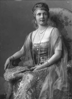 Princess Alice of Ahtlone was also known to wear a single diamond band across her forehead, bandeau-style, with diamond combs at the back