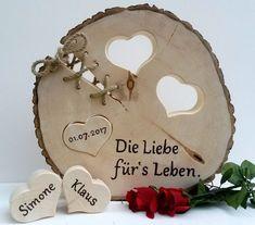 Ein schönes Geschenk und gleichzeitig eine bleibende Erinnerung an den schönsten Tag im Leben! Die Baumscheibe hat einen Durchmesser von ca. 35-40 cm, sie ist ca. 4 cm stark und mit Holzgrund...