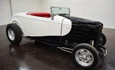 1932 Ford Roadster: avec 2 portes de transmission turbo 350 automatique et de couleur rouge à l´ Intérieur et blanc et noir à l´extérieur, kilométrage de 692 milles et d ´un moteur  V8 350 avec des roues de 15 pouces; Numéros vin utilisés:  B71754387 et les numéros ne correspondent pas.  Ce vehicule est disponible à la vente, contactez nous sur: www.misterdeals.com / ou appelez-nous sur: 08-05-08-02-81 si ce vehicule vous interesse.   Nos prix sont: 37,000 euros