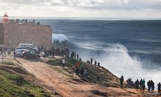Voir les plus grosses vagues du monde à Nazaré, Portugal - via Itinera Magica 03-03-2017 | En raison d'une géologie sous-marine exceptionnelle, cette station balnéaire portugaise voit régulièrement déferler de véritables montagnes d'eau : des vagues hautes de trente mètres. Oui, vous avez bien lu, trente mètres.