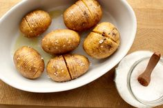 Fächerkartoffeln mit Meersalz abschmecken
