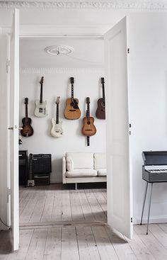 Hemma hos: Rockig romantik i Köpenhamn – 5 tips Home Music Rooms, Music Studio Room, Guitar Wall, Guitar Room, Home Sweet Hell, Living Pequeños, Pretty Things, Band Rooms, Style Deco