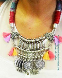 Collar étnico con seda rústica y piezas de zamak bañadas en plata. Los materiales en nustra tienda online.