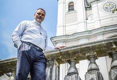 """Pöstlingberg-Basilika: """"Wäre ich Linzer Bischof, dann würde ich hier wohnen und nicht in der Stadt"""", sagt Eugen Szabo, Pfarrer der Pöstlingberg-Basilika. Seit drei Jahren ist der Linzer Hausberg sein berufliches Zuhause. In der Kirche, die zugleich eines der bekanntesten Wahrzeichen der Landeshauptstadt ist, geht er täglich ein und aus. Mehr zum Pöstlingberg: http://www.nachrichten.at/oberoesterreich/linz/linzer-strassen/Der-magische-Ort-hoch-ueber-der-Linzer-Stadt;art171645,1799797 (Bild…"""