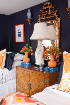 dark navy blue bedroom with bright orange chinoiserie accents. Interior Design Atlanta, Luxury Interior, Modern Interior, American Interior, Scandinavian Interior, Modern Decor, Muebles Living, Chinoiserie Chic, Asian Decor