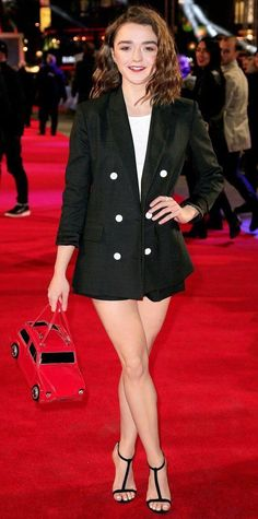 InStyle's Look of the Day picks for January 2016 include Chloë Grace Moretz, Naomie Harris and Maisie Williams. Maisie Williams Sophie Turner, Maisie Williams Dress, What To Wear Clubbing, Party Outfits For Women, Bar Outfits, Vegas Outfits, Woman Outfits, Beautiful Celebrities, Beautiful Actresses