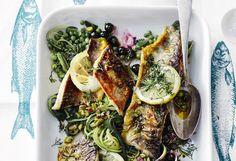 Gebratene Zanderfilets mit Zucchini, Erbsen, Heidelbeeren und Reis