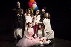 Η ομάδα Vivido και η παράσταση «Η κούκλα που είχε δύο μαμάδες» υποδέχονται τις γιορτές στο θέατρο Βικτώρια από την Κυριακή 7 Δεκέμβρη και κάθε Κυριακή μέχρι και την…1η Κυριακή του χρόνου!!!