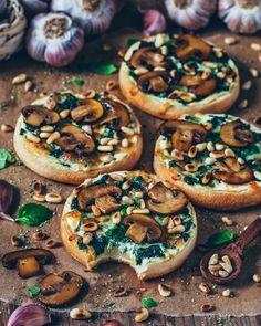 Spinat-Pizza mit Pilzen und Knoblauch (vegan) Spinatpizza mit Champignons und Knoblauch (vegan) The post Spinatpizza mit Champignons und Knoblauch (vegan) & Beste Gesunde Rezepte & Gruppenboard appeared first on Mushroom recipes . Garlic Mushrooms, Spinach Stuffed Mushrooms, Stuffed Peppers, Caramelized Onions And Mushrooms, Roasted Mushrooms, Mushroom Pizza, Mushroom Recipes, Pizza Champignon, Pizza Vegana