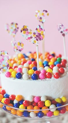 Bubble gum on a cake >> time to celebrate!