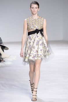The complete Giambattista Valli Spring 2016 Couture fashion show now on Vogue Runway. Couture Week, Style Couture, Spring Couture, Couture Fashion, Runway Fashion, Paris Fashion, Fashion Week, Spring Fashion, High Fashion