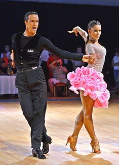 Latin-American dance, Chachacha lots of ruffles! Latin Ballroom Dresses, Ballroom Dancing, Latin Dresses, Baile Latino, Latino Dance, Country Dance, Tango Dance, Salsa Dancing, Belly Dance Costumes