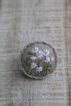 Купить или заказать Брошь 'Ромашки' в интернет-магазине на Ярмарке Мастеров. Небольшая вышитая брошка в винтажном стиле. Коллекция 'Herbarium'.…