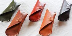 ハンドメイドのメガネケース。ナチュラルな質感の革を使い一つ一つ手縫いで製作しており、糸色のアレンジが可能です。名入れにも対応しているのでプレゼントにもオススメ。