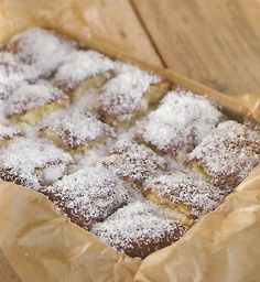 Ingredientes: Bolo: -5 ovos -400 gr de açúcar -250 gr de leite -300 gr de farinha tipo 55 -1 c. chá de fermento p/ bolos Molho: -200 gr de leite de coco -200 gr de leite -380 gr de leite condensado -coco ralado q.b. p/ polvilhar Preparação do bo...