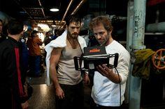 """El actor Henry Cavill (Clark Kent) y el directo Zack Snyder revisan en el monitor una escena que acaban de filmar durante el rodaje de """"El Hombre de Acero"""" (Man of Steel)."""