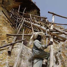 Subindo à igreja de São Pedro e São Paulo. A caminho da salvação no Tigray #etiopia #viagem