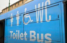 """Quando si è fuori casa non ci sono alternative ai bagni pubblici o alla sosta obbligata nei bar con il """"pedaggio"""" del caffè. Ma ora arriva il toilet bus.. Ecco la madai news del venerdì! #madai #dailymadai #wc #toiletbus"""