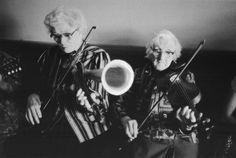 写真少年漂流記: ラッパがついたフィドルのお話 Julia Clifford performing with her sister Bridgie Kelleher 1984