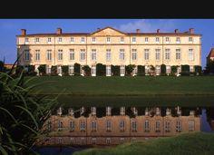 Parentignat, le petit Versailles Le château de Parentignat, surnommé le « petit Versailles auvergnat » par l'écrivain Henri Pourrat, est situé tout près d'Issoire, dans le département du Puy-de-Dôme.  http://www.auvergne.fr/article/chateau-parentignat