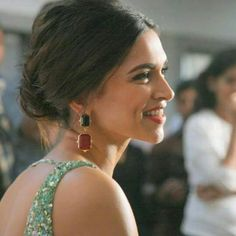 Style Check – Deepika Padukone's Earring Collection Bollywood Stars, Bollywood Fashion, Bollywood Celebrities, Bollywood Actress, Dipika Padukone, Deepika Padukone Style, Bun Styles, Vintage Bollywood, Indian Film Actress