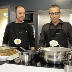 """El presentador Goyo González cocina junto con el chef Joaquín Felipe, en el programa """"Cena de gala""""."""