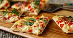 Vă prezentăm o rețetă de pizza dietetică, super sănătoasă, fără gluten și absolut delicioasă. Această pizza este una deosebită, deoarece nu are blatul din aluat clasic de pâine, ci unul din conopidă, care este evitatădeseori de copii. În această rețetă veți descoperi cu surprindere că nu se simte absolut deloc gustul de conopidă, plus la …